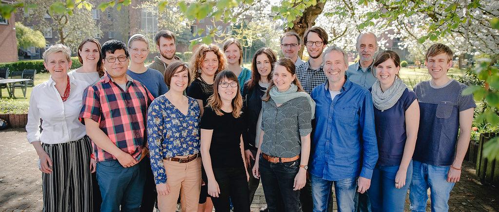 Das CIR Team im Mai 2018 im Garten hinter unserem Büro