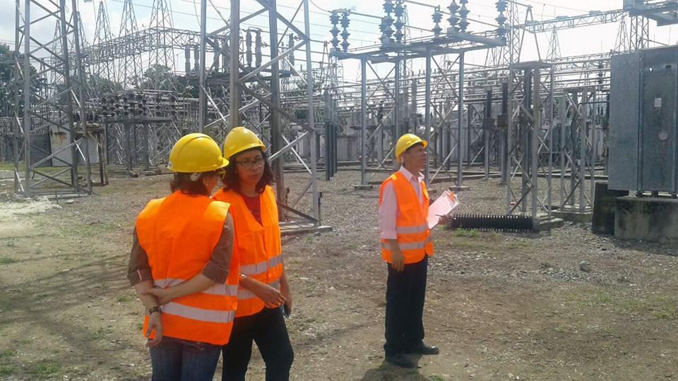 Besichtigung einer Elektrizitätwerks durch Mitarbeiter*innen von EMIH
