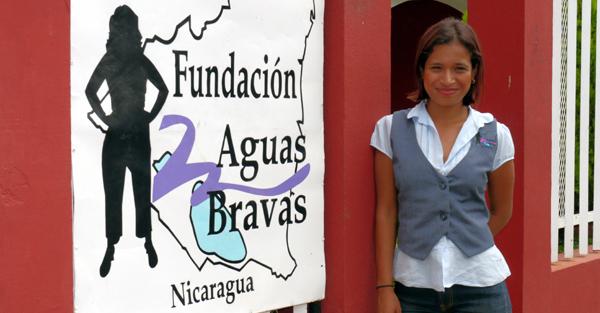 Nora Rogama von Aguas Bravas neben dem Logo von Aguas Bravas, Nicaragua