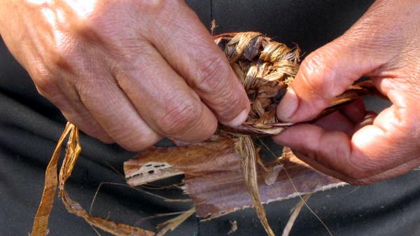 Zwei Hände flechten einen Korb bei einem Projekt von FUNDAHMER