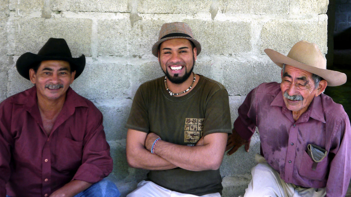 Drei Männer aus dem Bergbauprojekt sitzen auf einer Bank