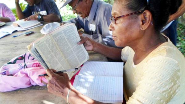 Frau bei der Bibellektüre