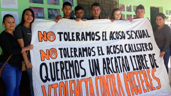 Banner gegen Gewalt an Frauen