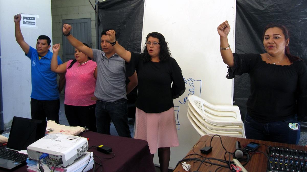 Vertreter*innen der Gewerkschaft rufen zum Engagment auf.