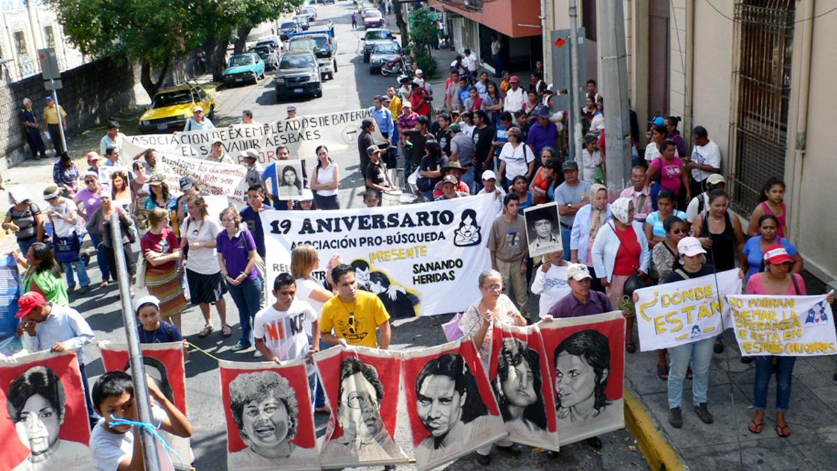Demonstrierende halten Fotos von Verstorbenen hoch