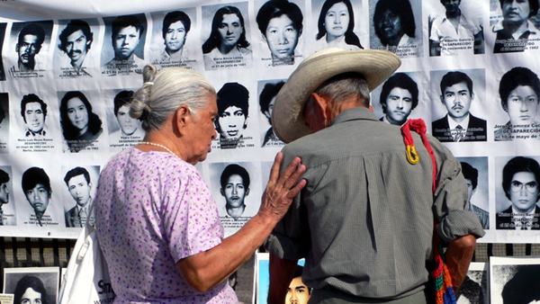 Menschen gedenken an Opfer eines Massakers
