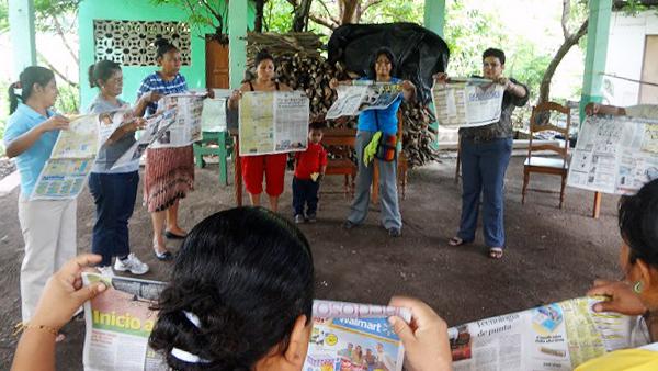 Übung mit Zeitung bei einem Workshop für Frauen