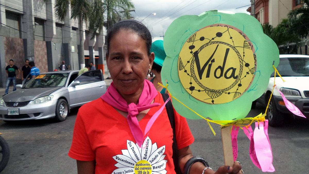 """Eine Frau hält bei einer Demonstration ein Plakat mit der Aufschrift """"Vida""""."""