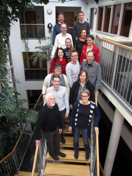 Mitglieder des Nürnberger Bündnisses Fair Toys stehen auf einer Treppe