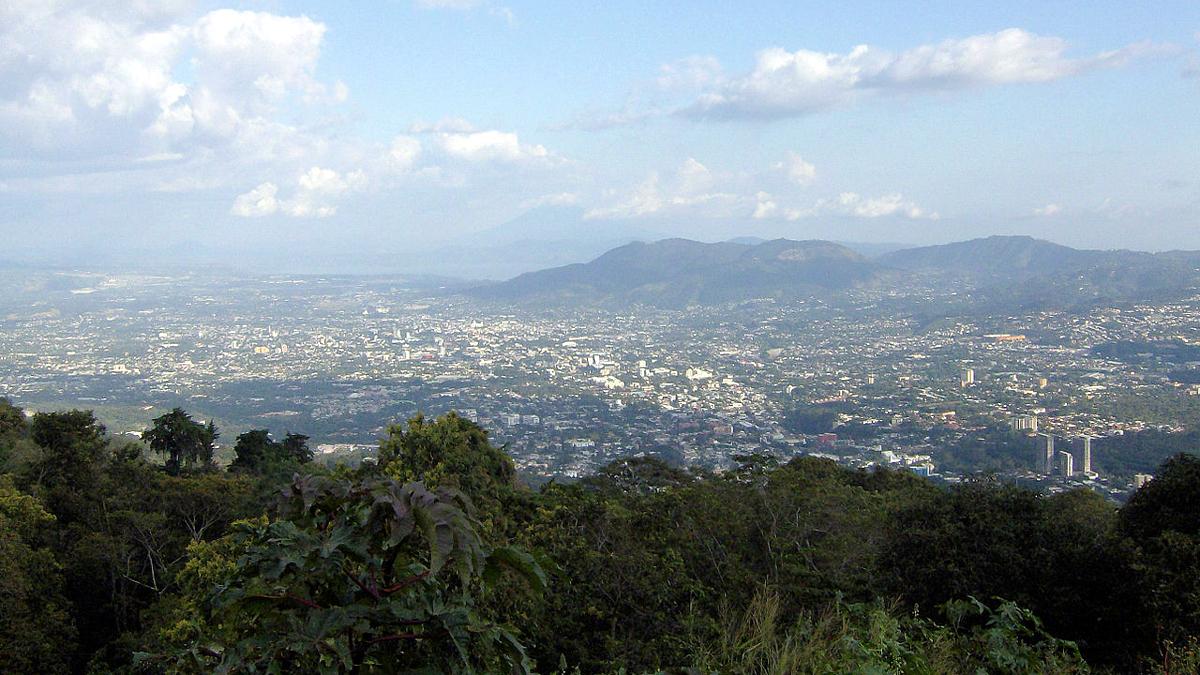 San Salvador von einem nahen Berg aus