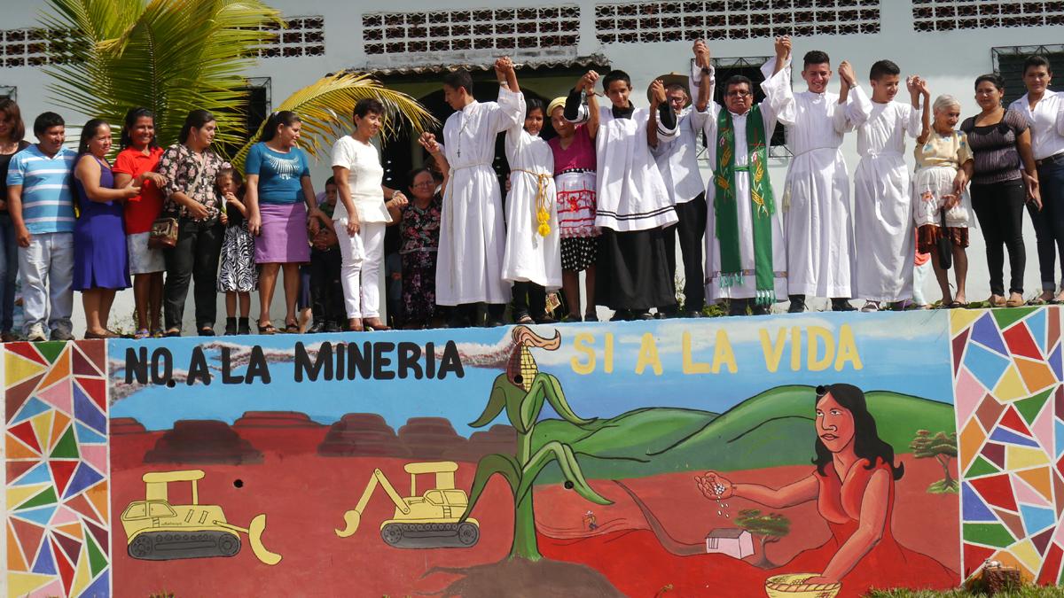 """Veranstaltung von CRIPDES, Straßenkunst mit dem Schriftzug """"Nein zum Bergbaun - Ja zum Leben"""""""