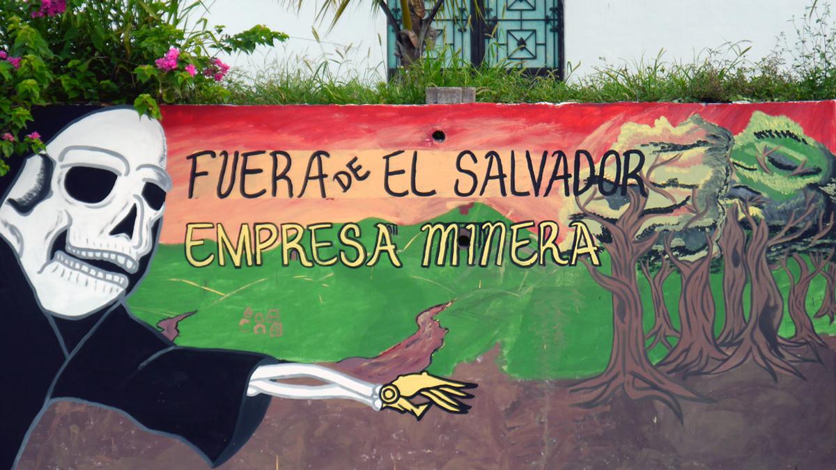 """Straßenkunst zum Thema Bergbau - """"Bergbau-Unternehmen, haut ab aus El Salvador!"""""""