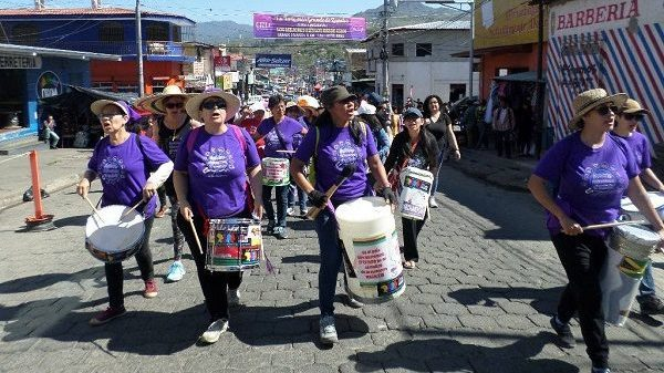 Trommelnde Frauen bei Demo-ADIC-Nicaragua-CR-ADIC