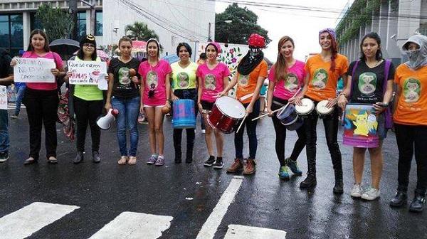 CDM-Frauen demonstrieren in bunter Kleidung mit Trommeln.