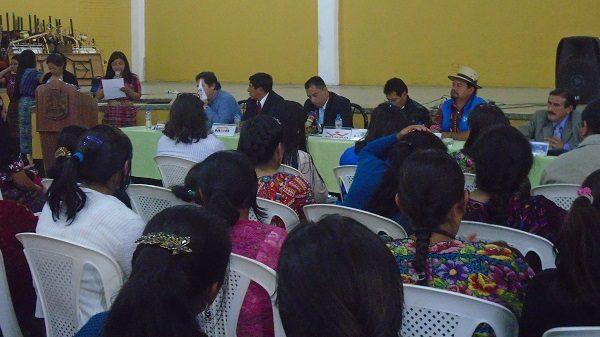 Eine Mitarbeiterin von ADEMI spricht bei einer Konferenz