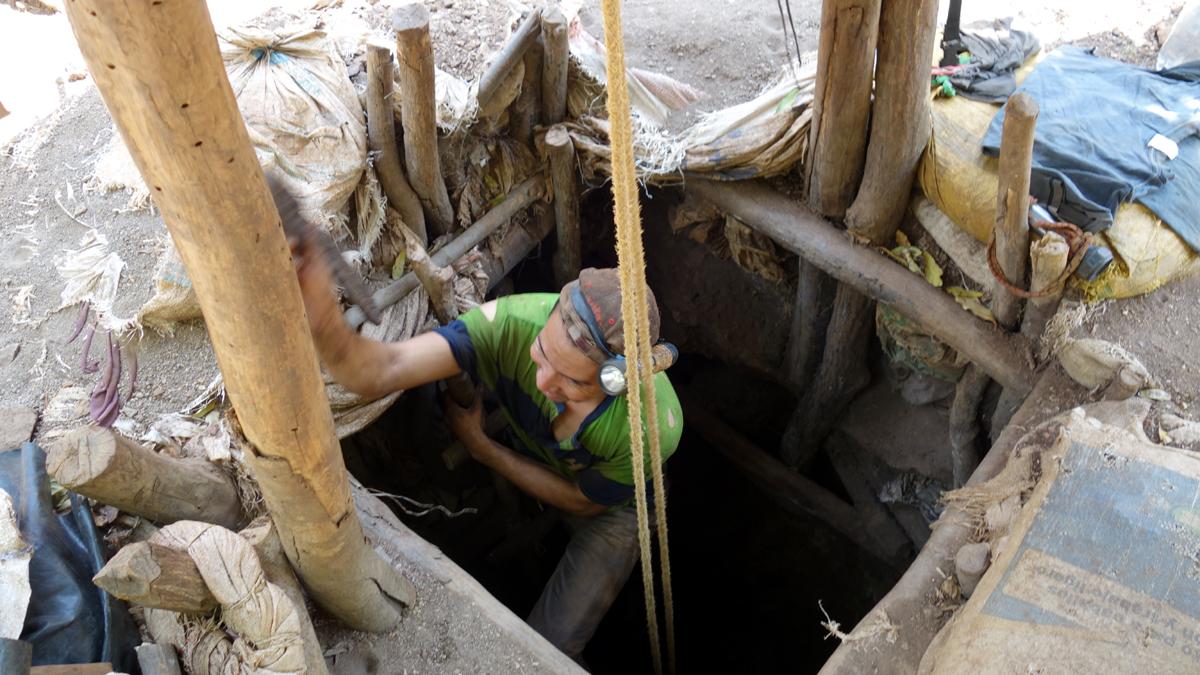 Ein Bergmann steigt in den Schacht der Mine La India.