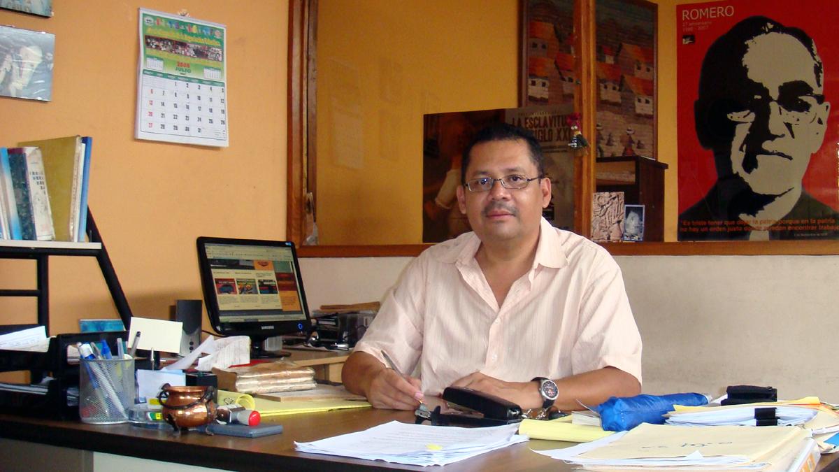 Sergio Chavez an seinem Schreibtisch