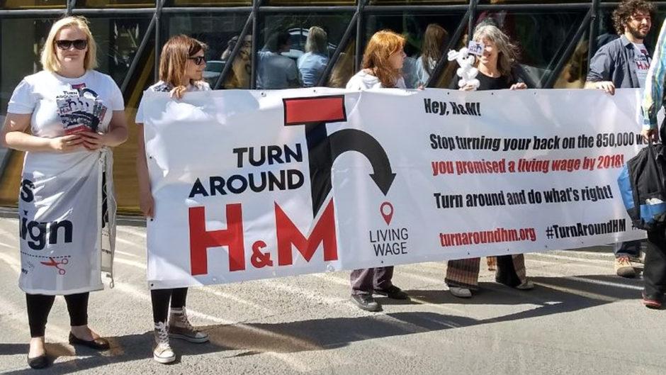 Aktivist*innen der Kampagne für Saubere Kleidung fordern mit einem Banner vor der Hauptversammlung in Stockholm H&M zur Umkehr auf.