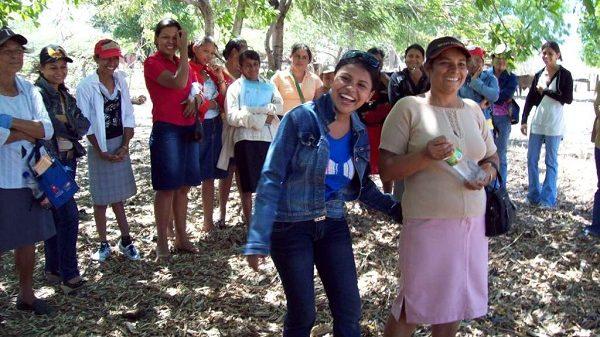 XochiltAcatl-Nicaragua Workshop, zwei frauen Lachen, dahinter steht eine Gruppe Menschen