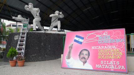 Wahlplakat von Daniel Ortega vor einem Soldatendenkmal