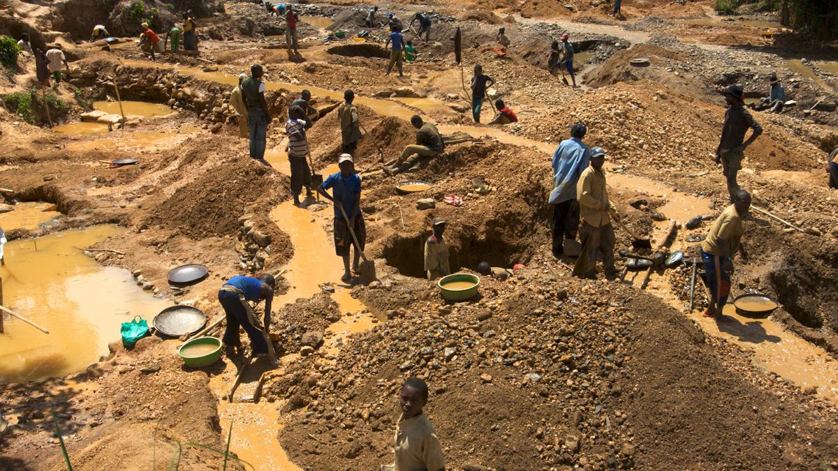 Menschen arbeiten in einer wilden Mine in einem afrikanischen Land
