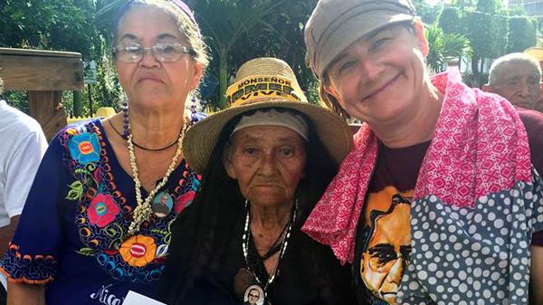 Drei Damen beim Jugendkongress zum 100. Geburtstag von Oscar Romero