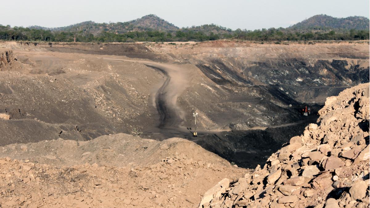 tiefer riesiger Kohletagebau in Mosambik