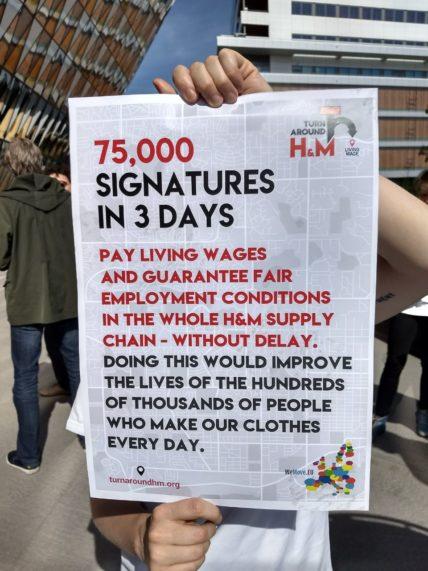 Plakat auf dem Steht: In 3 Tagen haben wir 75.000 Unterschriften an H&M gesammelt!