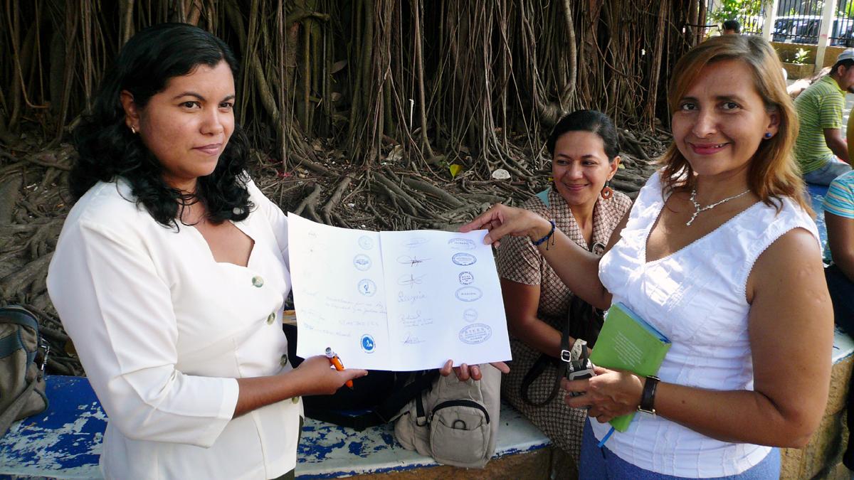 Estela Ramirez unterzeichnet wichtiges Dokument