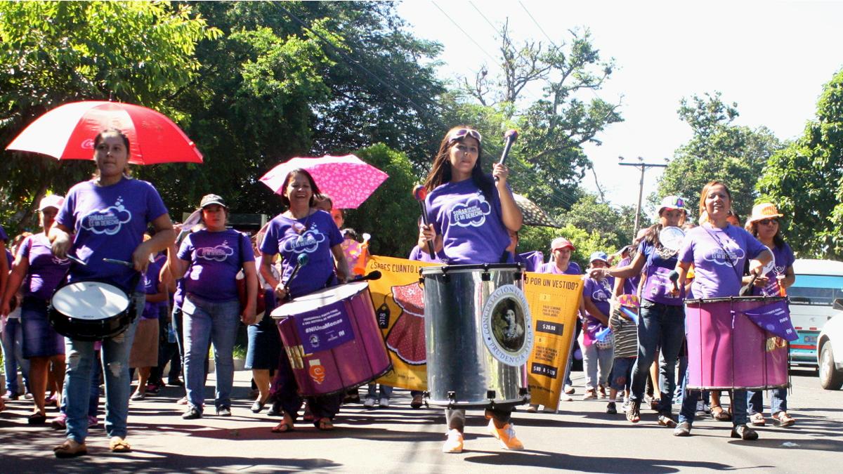 Trommelgruppe von Mujeres Transformando bei einer Demonstration