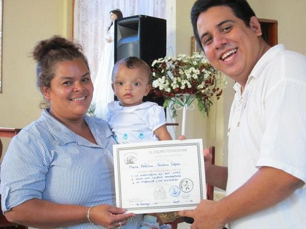 Maria Catalina Centenol Lopez erhält ihr Diplom für ihre abgeschlossene Ausbildung.
