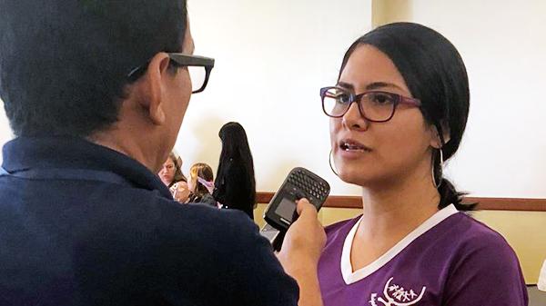 Eine Mitarbeiterin von Mujeres Transformando gibt ein Interview.