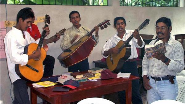 Musikgruppe spielt bei selbstorganisiertem Gottesdienst