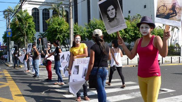 Menschenkette mit geschminkten Demonstrierenden