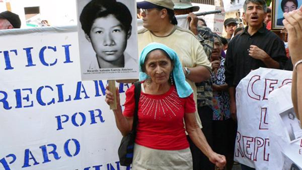 Frau gedenkt an ermordeten Verwandten