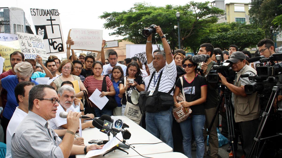 Rede von Saul Banos auf einer Kundgebung