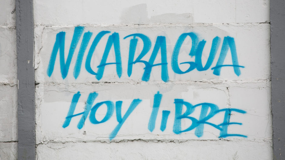 Auf einer Wand steht blau auf weiß auf Spanisch: Nicaragua heute frei
