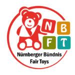Ein Teddy mit Armschlinge ziert das Logo des Nürnberger Bündnisses Fair Toys (NBFT)