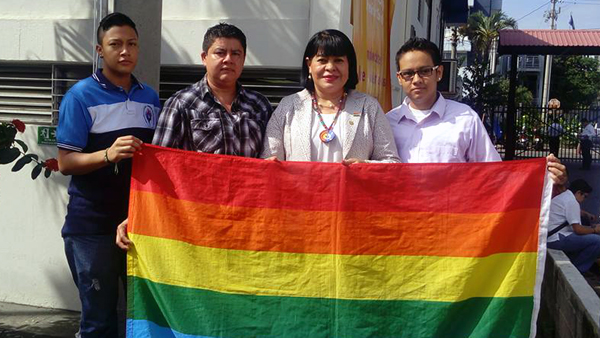 Gruppenfoto mit der Arbeitsministerin und LGBTI* Flagge