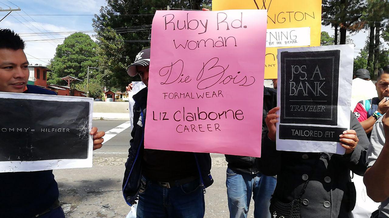 Arbeiter*innen demonstrieren vor dem Fabriktor von Samsol, wo sie bis zu ihrer Entlassung für Tommy Hilfiger, Calvin Klein etc. genäht hatten