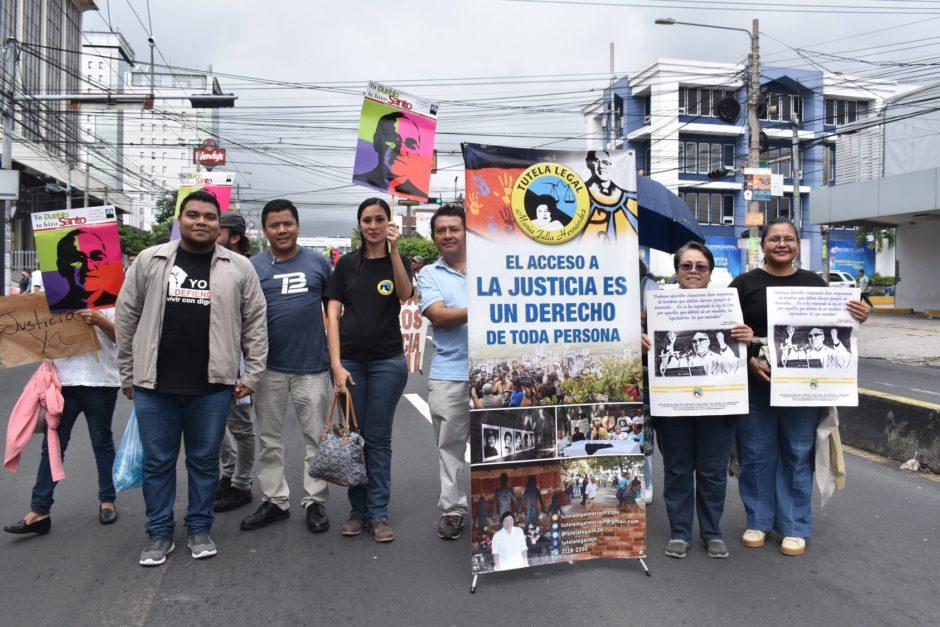 Grupper unserer Partner*innen von Tutela Lega, die am 10. Oktober 2018 für Gerechtigkeit im Fall des MOrds an Oscar Romero demonstrieren.