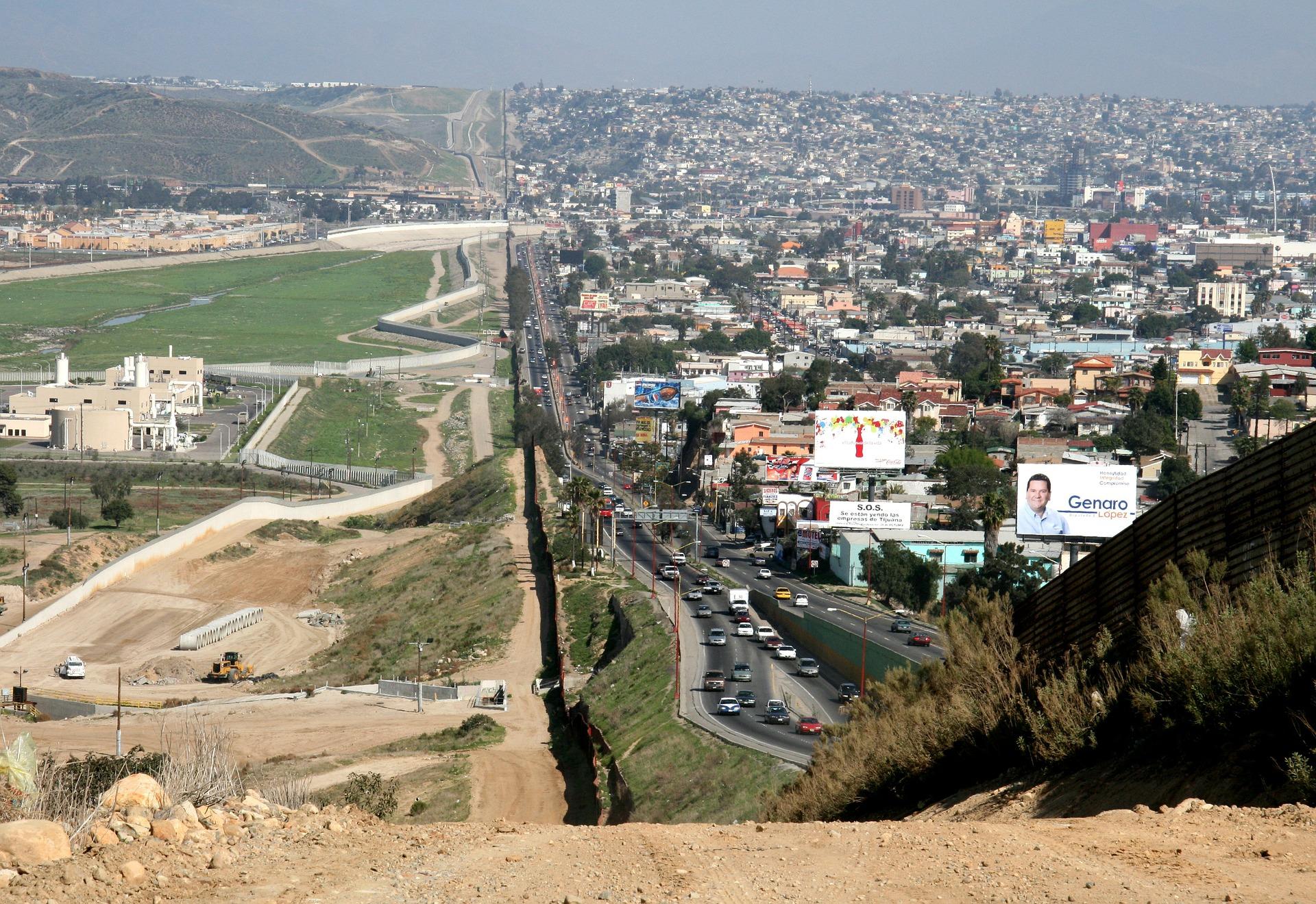 Grenze zwischen den USA und Mexiko, auf der einen Seite dicht bebaut, auf der anderen Grenzschutzanlagen
