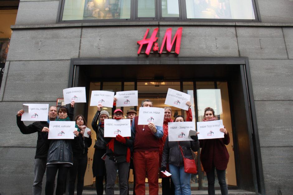 Aktivistinnen der Kampagne für Saubere Kleidung vor dem H&M