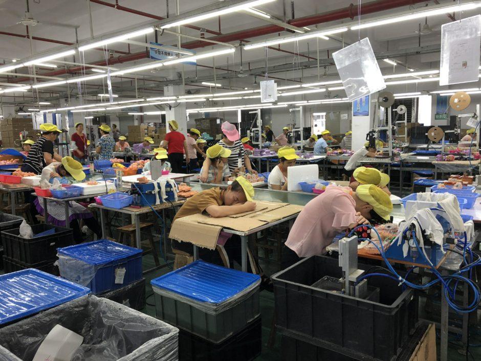 Erschöpfte Arbeiter*innen in der Fabrik Wah Tung.
