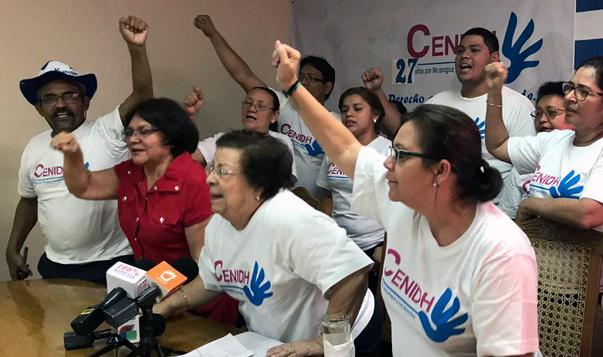 Das team von CENIDH reckt bei einer Pressekonferenz die Fäuste in die Höhe