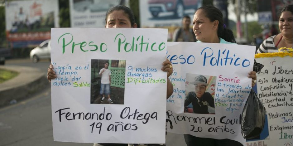 Zwei demonstrierende Frauen mit Schildern in der Hand
