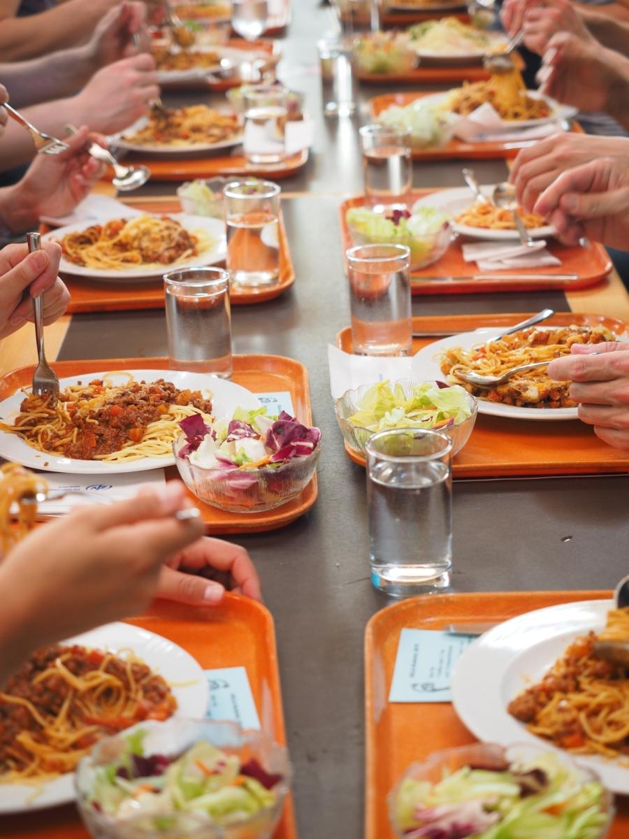 Außer-Haus-Markt: Tabletts mit Essen in der Kantine