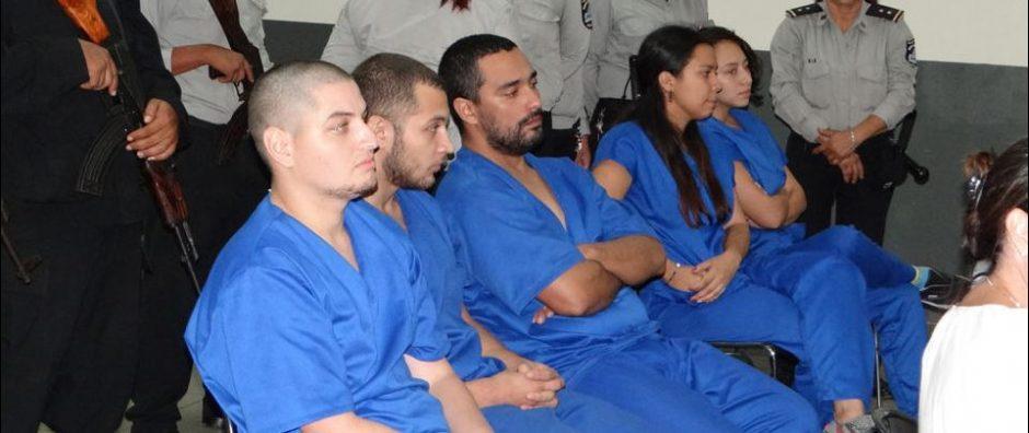 Vier Gefangene in blauen Anzügen