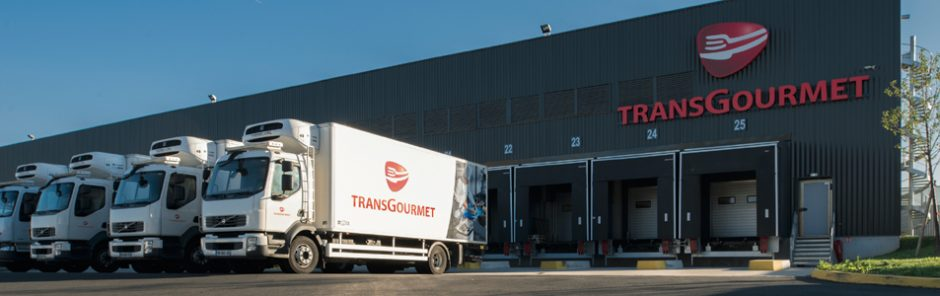 Transgourmet LKWs vor einem Umschlaglager