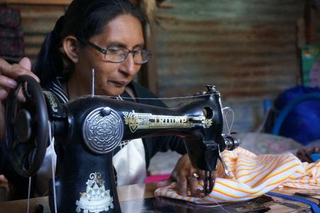 Isabel bei der Arbeit an ihrer Nähmaschine